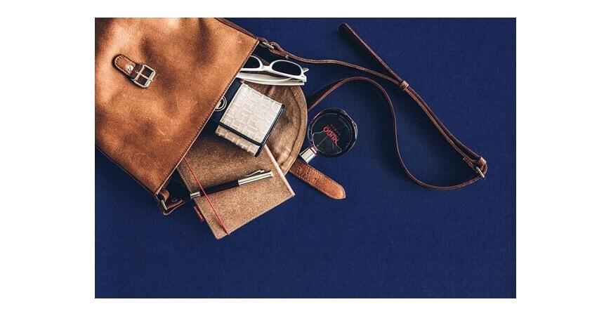 Jakie niezbędne rzeczy powinna posiadać damska torebka?
